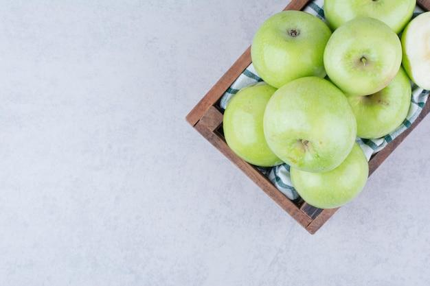 木製のバスケットに緑のおいしいリンゴ。高品質の写真