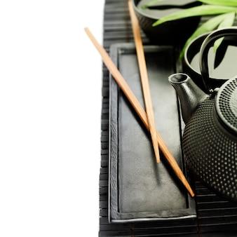 Зеленый чай и палочки для еды
