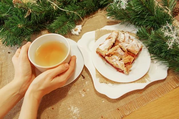 皿に緑茶とパイ。食べ物はすぐに食べられます。パフペストリーペストリー
