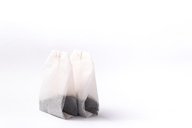 Пакетик зеленого чая, изолированные на белом фоне