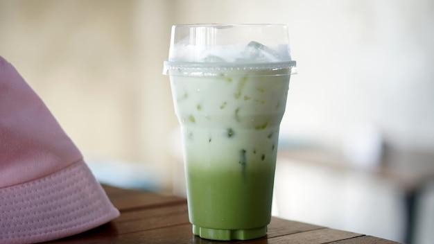 テーブルの上にブレンドされた緑茶