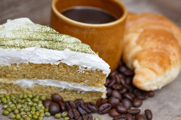 Зеленый торт и кофе