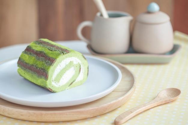 テーブルの上の緑茶ケーキロール