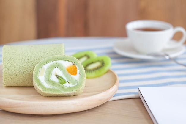 木製のテーブルの緑茶ケーキロール