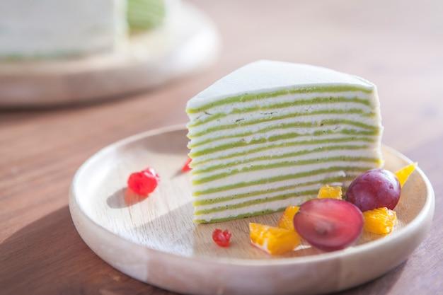 Креп торт с зеленым чаем на деревянном столе