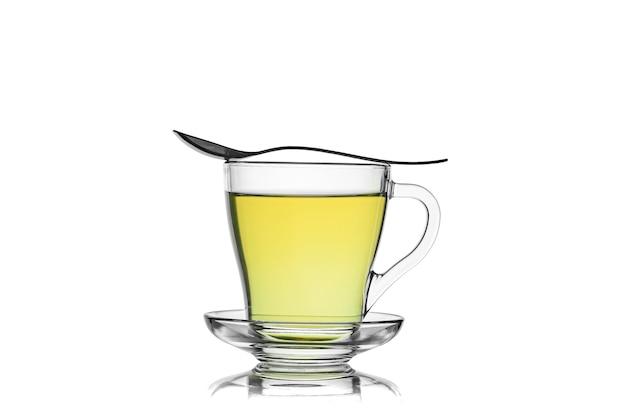 白い背景で隔離の緑茶カップ