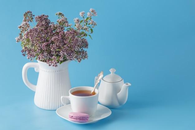 オレガノと美しいカップの緑茶