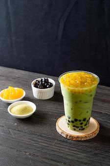 Зеленый чай латте с медовыми пузырьками