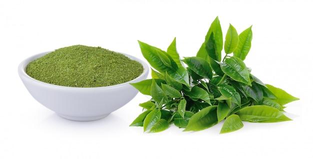 緑茶の葉と白い壁の乾燥茶