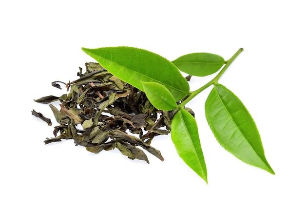 白い背景で隔離の緑茶の葉