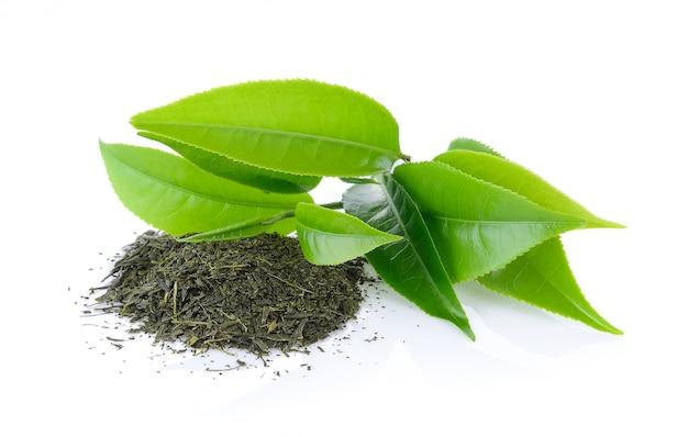 白い背景で隔離の緑茶葉