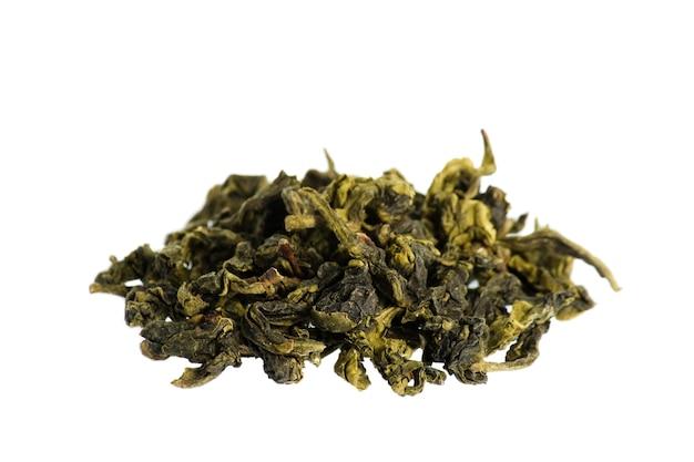Листья зеленого чая крупным планом, изолированные на белом фоне