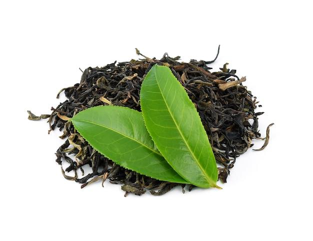 Листья зеленого чая с сушеными чайными листьями изолированы