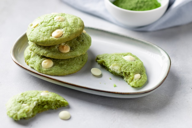 Печенье матча зеленый чай с белым шоколадом в тарелке. веганская еда