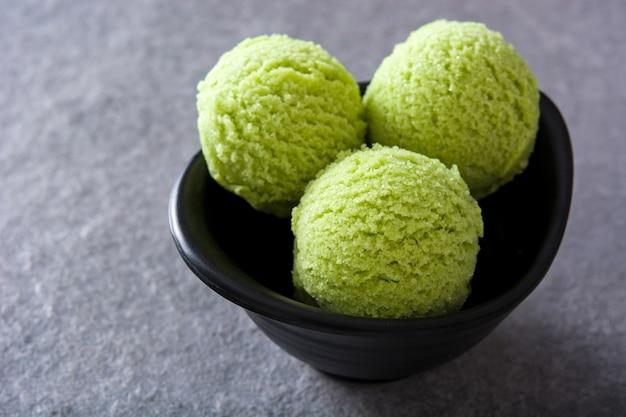 灰色の石に緑茶抹茶アイスクリームスクープ