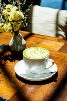 Зеленый чай маття латте в белой чашке