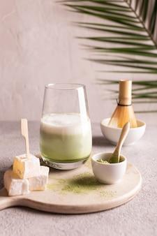 Маття латте зеленый чай на белой каменной доске