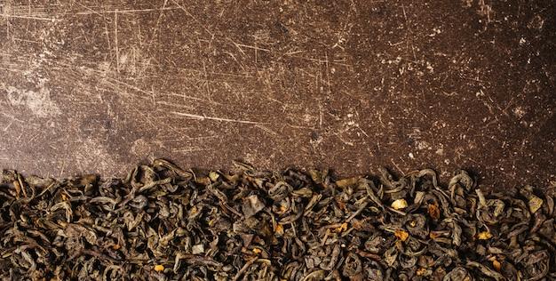 暗い大理石の背景に緑茶。癒しのドリンク