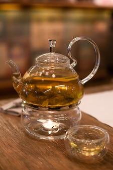 Зеленый чай на столе в ресторане