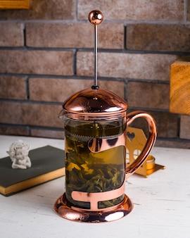 テーブルの上の緑茶