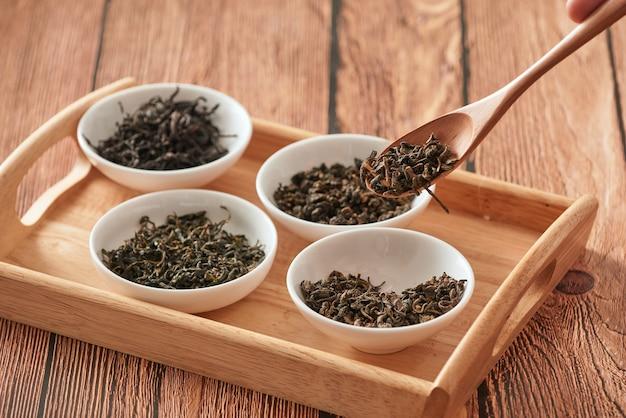 Зеленый чай на деревянной ложке