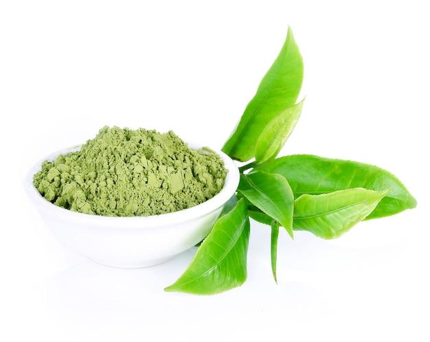 Порошок зеленого чая, зеленый чай на белом фоне