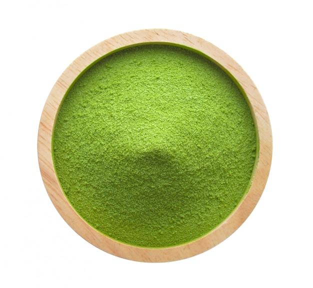 Порошок зеленого чая в миску на пустое пространство