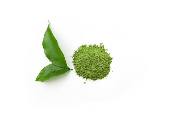 Зеленый чай порошок матча чай на белом изолированном фоне вид сверху
