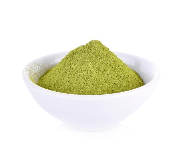 Порошок зеленого чая на белом фоне