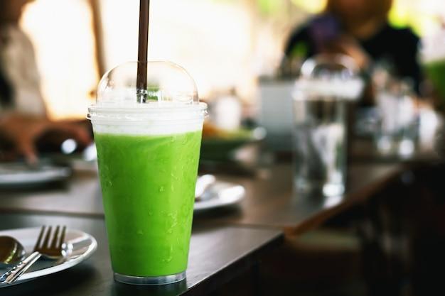 Смузи из зеленого чая на деревянном столе