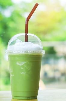 ストローと緑茶のスムージー
