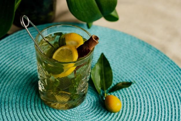 シナモンと緑茶のクローズアップ