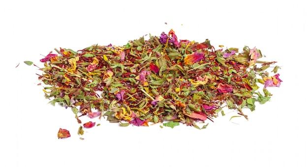 Зеленый чай с сухими цветами. закрыть