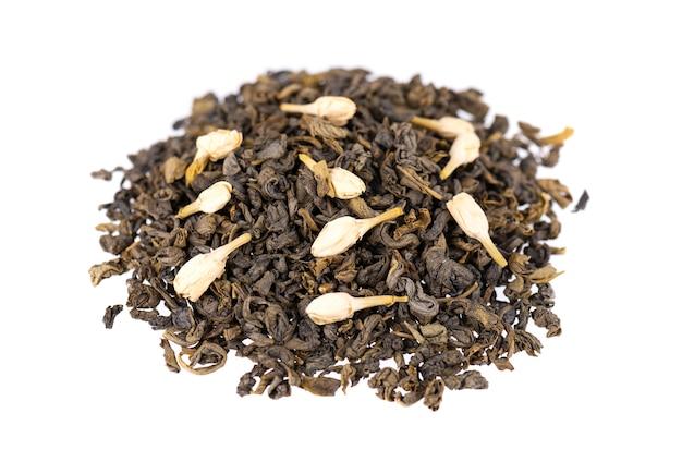 Зеленый чай с жасмином, изолированные на белом. ароматный зеленый сухой чай, крупный план.