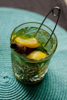 Green tea with lemon and cinnamon