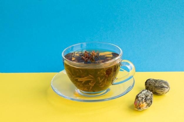 ガラスのコップに蓮の花が入った緑茶。閉じる。スペースをコピーします。