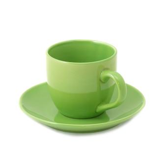 Зеленая чашка и блюдце, изолированные на белом фоне