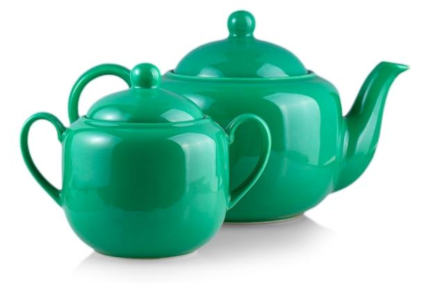 Зеленый чайник и сахарница на белом