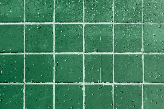 Sfondo di piastrelle verdi, gocciolamento d'acqua