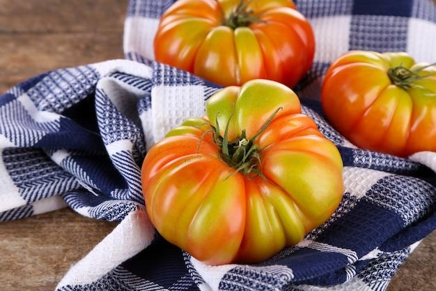テーブルの上のグリーントマト
