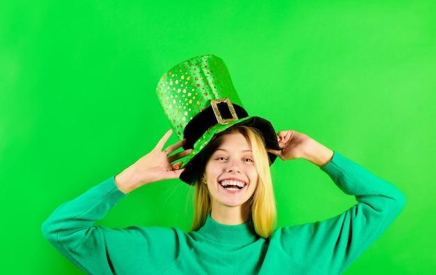 緑のシルクハットブロンドの女の子で緑のシルクハットレプラコーン緑のシルクハットクローバーと緑の帽子