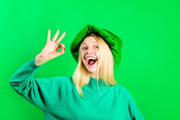 緑のシルクハット。レプラコーンのコスチュームショーの女の子は大丈夫です。レプラコーン。緑のレプラコーン。クローバーと緑の帽子。聖パトリックの日。聖パトリックの日の伝統。セール。割引。署名します。わかった。