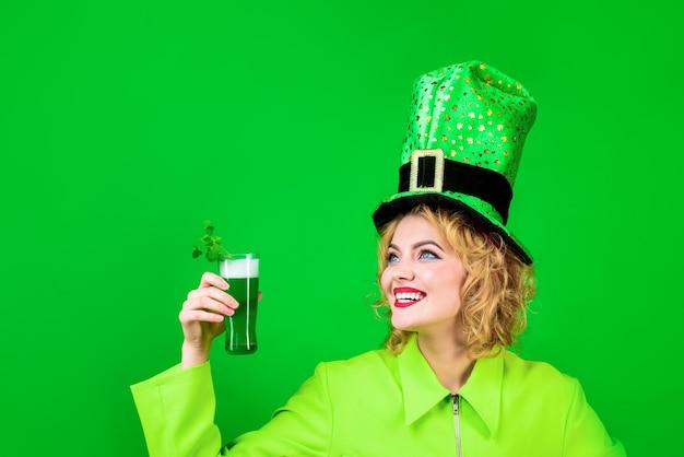 緑のシルクハット聖パトリックの日聖パトリックの日シルクハットの女性は緑のビールを飲むレプラコーングリーン