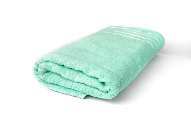 白い表面に分離された緑のタオル