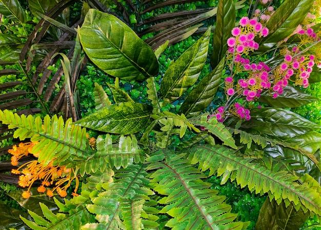 많은 식물과 꽃이 있는 녹색 열대 배경