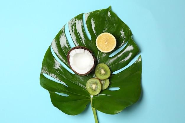 색상 배경에 녹색 열 대 잎과 과일