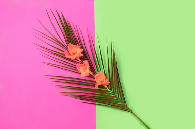 녹색 열 대 잎 야자수와 꽃