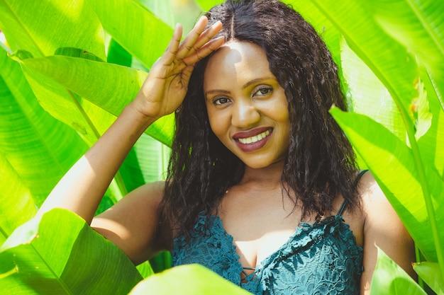 アフリカ系アメリカ人の美しさの緑の熱帯のシュート。