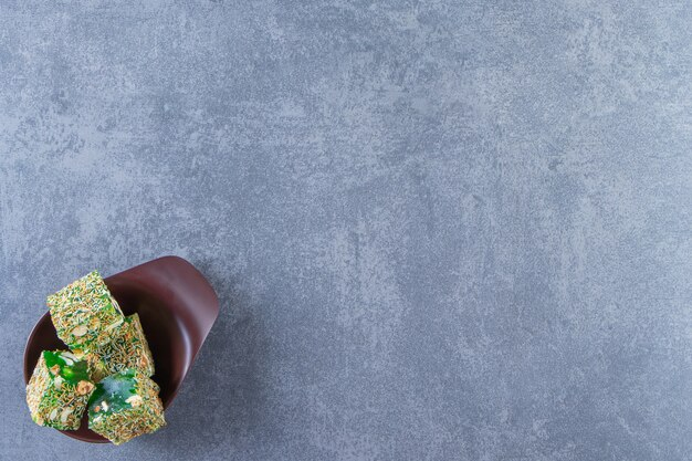 녹색 터키는 대리석 배경에 있는 그릇에 즐깁니다.