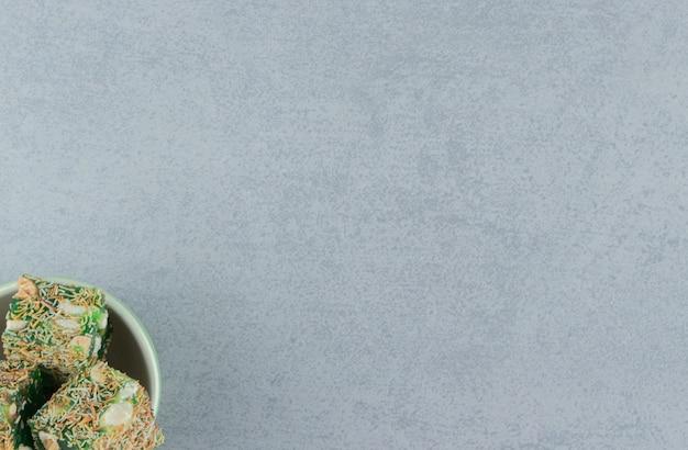 大理石の背景に、ボウルに緑のターキッシュデライト。高品質の写真